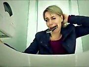 Martina Hill auf dem Klo