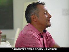 DaughterSwaps - Teen Fucks Älterer Papa