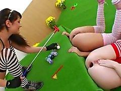 Drie anale koninginnen en brutale speelgoed