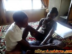 Ebony Lesbian Babes Strip et commencer à jouer avec Kink Toys