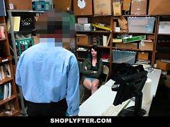Shoplyfter - Teen Obtém Blackmailed e Stripped Down