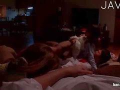 Girl bei Typ während die friends schläfst