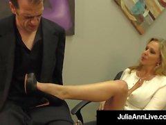La vincitrice del premio per adulti Julia Ann drena un cazzo con Hot HandJob!