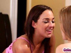 Om Amara romer och Lilly Fords het lesbisk French Kiss