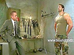 Tyler använder BDSM och elektricitet på Vince