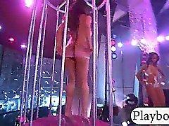 Grupo de la las muchachas de partido desnudaron y burlarse en un club