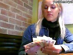 Иннокентия Блондинка чешская девушка киски стучал в кафетерий