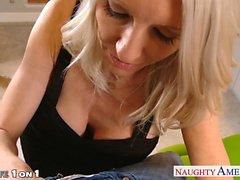 Vollbusige Blondine Hausfrau Emmas Starr dauern Schwanz in Brillen