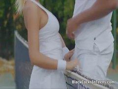 Bigtit le suce de la BBC sur un court de tennis