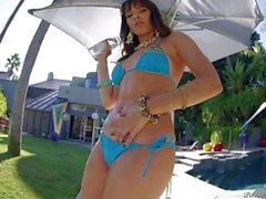 De Dana Dearmond est irrésistiblement sexy en bikini