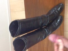 Enorm , tjockt Sperma sprut över hustrus läder ridstövlar