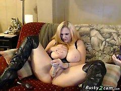 Blonde mit riesigen Titten setzt in ihre Muschi deutlich