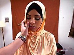 Tonåring arabiska slampa suga i enorma kuk som ett riktigt proffs