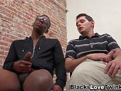 Cara gay empurra cara preta