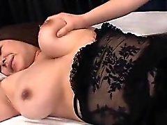 Yuki Sakurai Große Brüste saugt Penis zu an 69