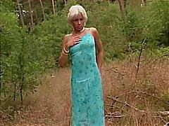 Betty bidirezionale leccato nel bosco