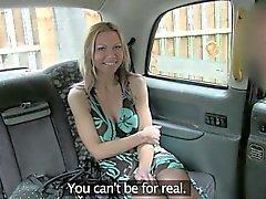 De gros seins amateur de fille blonde piégé par le conducteur et baisée