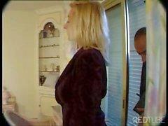Горячая блондинка получает неприятную с ее рот а задницей с пожилым парня