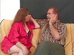 Volwassen redhead geeft twee mannen een blowjob wordt daarna geneukt