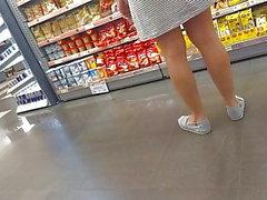 milf de vestido marcando uma calcinha