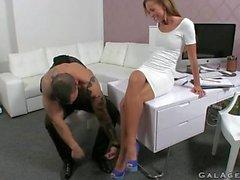 Мускулистый татуированный пижон трахает женскую вещество в ее офисе