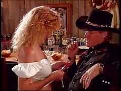 Blondine mit geilen Titten u. ass auf dem Barhocker schlug mit