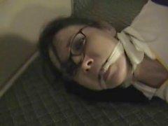 Gina Rae se esfuerza en pantalones vaqueros y gafas
