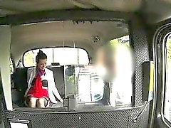 Excitée hôtesse de l'air clouée sur le siège arrière par un étranger pervertir