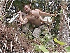 Sterke gay beer heeft wilde sex in het bos
