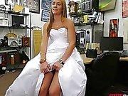 Babe vend sa robe de mariée et vissée