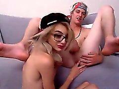 Junges Paar mag zu saugen und ficken sich gegenseitig auf ihrem Web