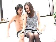 Milf asiático sedutor em meia-calça tem um desejo suculento fenda f