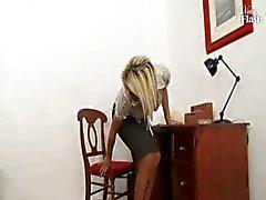 Wilde speedy zus met een wellustige rimpel plaagt en masturbeert in het kantoor