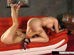 Nicki Blått leker med Shemale Sarina Valentina
