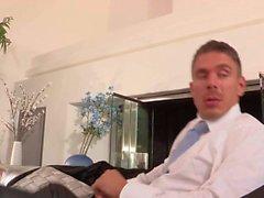 Seksi bir hizmetçi kız üniform Capri Cavali hiç BJ sunar ile spanked alır