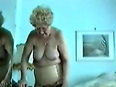 Matières grasses de Granny montre son vieux grosse chatte de sa chambre