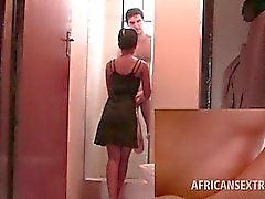 Afro heißes Girl streift nackte und saugt weißen Schwanz an Knien