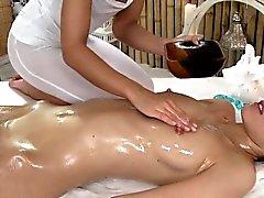 Huge Nipples lesbische Babe im Massageraum