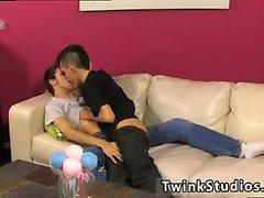 Gay половые руки освобождают Colby Лондон есть с колбасой фетиш и он