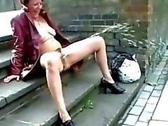 Upskirt la masturbation en public et le nus solin extérieur du Royaume-Uni amateur de âge mûr