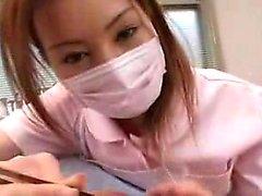 borracho Oriental Masked funciona suas mãos hábeis em cada polegada