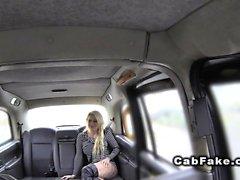Blondes im Netzstrumpfhose an gefälscht Taxis