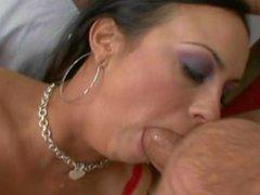 Big Tit Latina Slampa älskar to Långt ner i halsen när Gagging på en stor hanen