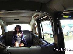 Ebony bâillonne et baise grosse bite dans la cabine