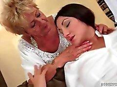 Старый а молодые лесбиянки пользуются устной в компиляции видео