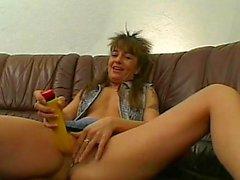 Amateure Milf Spielwaren saugt und fickt mit cum auf Esel