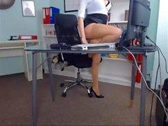 Schöne Mädchen in ihrem Büro