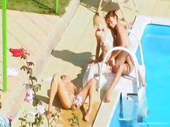 Tre pulcini di un sessuali segrete in piscina