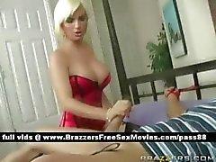Mogna nakna blonda babe i sängen
