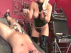 De femdom forte poitrine baiser un âne de marins avec un godemichet